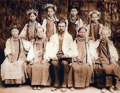 Молоді дівчата у традиційному вбранні та прикрасах. Чернігівщина. Фото 1902 р.