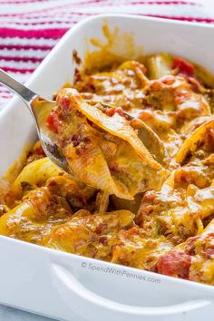 Taco Stuffed Pasta Shells feature jumbo pasta shells filled with a creamy seasoned taco beef & vegetable mixture and is topped with cheese. Top Recipes, Mexican Food Recipes, Dinner Recipes, Cooking Recipes, Pasta Recipes, Recipies, Beef Dishes, Pasta Dishes, Food Dishes