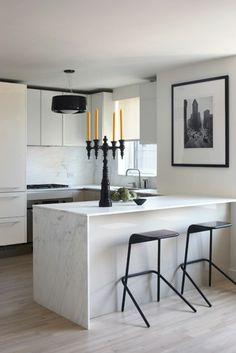 plan de travail en marbre, bougeoir noir et lampe suspension noire