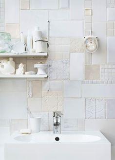 verschillende soorten witte tegeltjes in keuken of badkamer. ook leuk met wat antieke blauwe tegeltjes of witjes. Niet te groot vlak want dat is weer te druk.