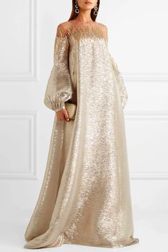 Oscar de la Renta's gowns have graced so many red carpets, and we think this style is worthy of its own moment in the spotlight – Hijab Fashion Abaya Fashion, Muslim Fashion, Couture Fashion, Modest Fashion, Fashion Outfits, Fashion Tips, Elegant Dresses, Beautiful Dresses, Nice Dresses