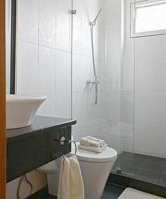 Kamar mandi kecil bukan sebuah kekurangan, kok . Ukuran boleh kecil, tapi harus tetap fungsional dan nyaman, dong.