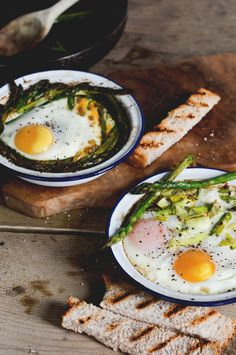 Baked Eggs with Leeks & Asparagus. Slightly creamy with creme fraiche and salty with parmesan these baked eggs are perfect for a quick breakfast or easy dinner. I Love Food, Good Food, Yummy Food, Tasty, Vegetarian Recipes, Healthy Recipes, Cooking Recipes, Delicious Recipes, Brunch Recipes