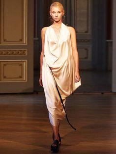 Michael Sontag ist ja bereits ein alter Hase im Berliner Modegeschäft, überrascht uns aber trotzdem immer wieder mit Neuem. In seiner Frühjahr-/Sommer-Kollektion erinnern die Mädchen an griechische Göttinnen.