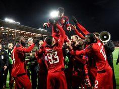O Vitória de Guimarães sofreu esta quinta-feira uma pesada derrota no campo do Salzburgo, por 3-0, mas continua na luta pelo apuramento na Liga Europa de futebol, numa quinta jornada que já confirmou mais seis equipas apuradas. http://sicnoticias.sapo.pt/especiais/liga-europa-2017-2018/2017-11-23-Seis-equipas-apuradas-para-os-16-avos-de-final-da-Liga-Europa/