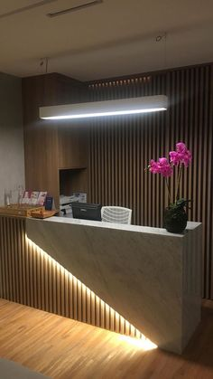 Clinique Jorda - Espagne - Welcome OyunRet Reception Counter Design, Office Reception Design, Modern Reception Desk, Office Table Design, Reception Furniture, Dental Office Design, Healthcare Design, Office Designs, Clinic Interior Design
