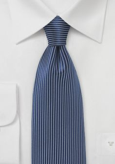 Krawatte abwärtsgerichtetes Streifendessin marineblau
