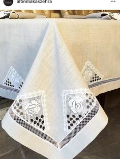 Crochet Tablecloth, Tablecloths, Table Linens, Crochet Lace, Dc Comics, Sewing Projects, Cross Stitch, Batman, Pillows