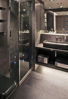 aménagement salle de bain en couleurs foncées avec une douche à l'italienne
