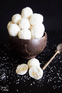 healthy raffaello - 3 ingredients, vegan & without table sugar … These healthy, healthy Raffaellos are made super qui - Low Carb Desserts, Vegan Desserts, Vegan Recipes, Snack Recipes, Health Snacks, Health Desserts, Healthy Sweets, Vegan Sweets, Food And Drink