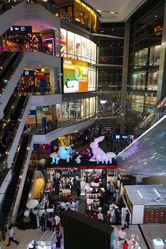 MBK mall Ik raakte bijna de tel kwijt van het aantal verdiepingen van de MBK mall in Bangkok. Deze Shopping Mall is beroemd vanwege de knock-off fashion, goedkope koffers en outlet stores. Er zit ook een goed foodcourt en een bioscoop in de MBK mall! Locatie: vlakbij National Stadium Sky-train Station.