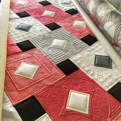 More work on my #dixonquilt. It's been more than two weeks since I even touched it! I've been super chill lately it's getting out of control. #kathleenquilts #dixonprint #longarmquilting #apqscanada