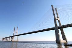 PONT VASCO DE GAMA, PORTUGAL : Le plus long pont d'Europe se trouve au Portugal. Avec ses 17,2 km, le pont Vasco de Gama, traverse le Tage au nord de Lisbonne. L'ouvrage, inauguré en 1998, comprend un pont principal à haubans de 824 m de long et quatre viaducs de 488 m, 672 m, 6531 m et 3825 m.  © Portaldasnacoes - Source: linternaute.com