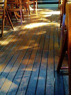 Piso do deck (ambiente do Juscelino Deck Beer)