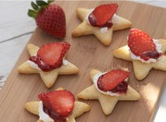 Croissant Stars with Strawberries - great after-school snack...Sydney and I could prepare the stars while they're at school, then we can assemble as they talk about their day.  :) Fish Cookies, Drop Cookies, Croissant Dough, Creative Snacks, Whipped Cream Cheese, Toddler Meals, Kids Meals, Lunch Snacks, Healthy Lunches