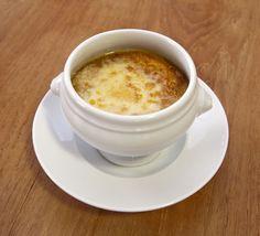 Mit Käse überbackene Zwiebelsuppe