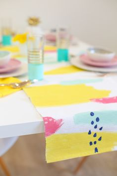 DIY Abstract Painted Table Runner on Lovely Indeed Do It Yourself Upcycling, Diy Y Manualidades, Diy Confetti, Textiles, Diy Bar, Diy Room Decor, Home Decor, Diy Painting, Table Runners