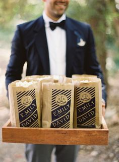Impress Your Guests with These Savory Edible Wedding Favors; Popcorn for the ceremony for guests to snack on! Maybe our favorite Johnson& Popcorn? Edible Favors, Edible Wedding Favors, Wedding Favors Cheap, Wedding Snacks, Snacks Für Party, Party Favors, Wedding Expenses, Wedding Programs, Wedding Venues