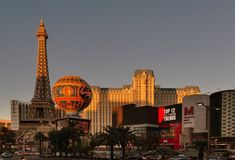 Whether you're a conventioneer or bachelorette, a bank-breaking mogul or budget-pinching student, here are the things every Vegas visitor should know. Casino Theme Parties, Casino Party, Vegas Skyline, Casino Movie, Healthy Filling Snacks, Las Vegas Trip, Casino Royale, Sin City
