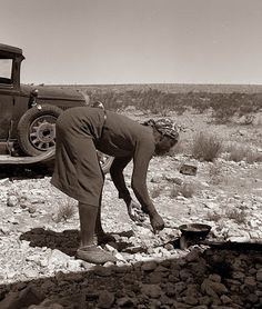 Dorothea LANGE :: Young Negro wife cooking breakfast, Outskirts of El Paso, Texas, June 1938 American Wives, American History, Vivian Maier, Old Pictures, Old Photos, Vintage Photos, Dorothea Lange Photography, Migrant Worker, Dust Bowl