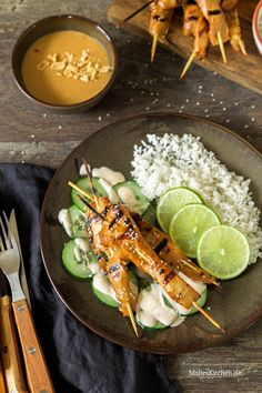 Hähnchen Saté-Spieße mit Erdnusssauce Thai Recipes, Asian Recipes, Kiss The Cook, Thai Chicken, Good Food, Food And Drink, Low Carb, Favorite Recipes, Snacks