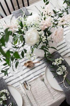 Las flores de este centro de mesa realzan y se complementan con los colores de la boda.