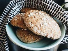 Ihan aina kaikki asiat ei minullakaan mene keittiössä putkeen ja nämä leipäset olivat sellainen vähän mönkään mennyt juttu. Makuhan näissä oli aivan ihana, ei siinä mitään, mutta sämpylöitähän näistä piti alun perin tulla. Löysin reseptin spelttisämpylöihin Maku-lehden verkkosivuilta, mutta jäin mielessäni arpomaan tuota alkuperäisen reseptin hiivan määrää. Meillä oli kotona vain kuivahiivaa ja pussin mukaan …