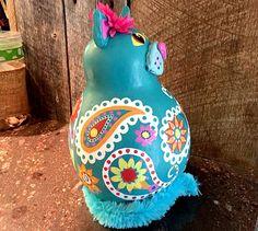 Répondre à Freda. Freda est faite partir d'une calebasse séchée, peinte avec des peintures acryliques brillantes et scellées avec un scellant acrylique clair. Freda peut être tout à fait à la mode à traîner dans la cuisine, ou sur une étagère, ou n'importe où votre maison a besoin d'un chat kitty paisley bleu doux pour une décoration parfaite... Freda est environ 11 de haut, peinte à la main à l'acrylique en bleu, rose chaud, jaune et blanc. Elle a habillé pour l'occasion avec une jolie…