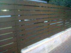 Valla ocultación con lamas horizontales de madera tratada. www.vinuesavallasycercados.com