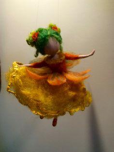 """Nadel gefilzte Fee, Waldorf inspirierte, Wolle Fee, Blumen-Fee """"Goldenen Safran"""" im gelben Kleid, Elf, Art Puppe, Puppe Miniatur, Geschenk, Natur"""