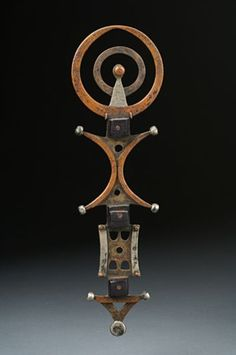 Veil weight from the Tuareg people of Niger African Jewelry, Tribal Jewelry, Jewelry Art, Jewellery, African Masks, African Art, Carlos Mata, Bijoux Design, African Sculptures