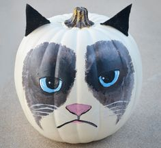 Another fun idea for a Halloween Pumpkin. at The Swell Life: Grumpy Cat Pumpkin Another fun idea for a Halloween Pumpkin. at The Swell Life: Grumpy Cat Pumpkin DIY Chat Halloween, Holidays Halloween, Halloween Decorations, Halloween Costumes, Halloween Humor, Epic Costumes, Pumpkin Decorations, Woman Costumes, Couple Costumes