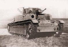 Общие виды танка Т-28 выпуска 1936 года. Машина имеет колпак над вентилятором с жалюзи и одностворчатым люком, шаровую установку в нише башни, два люка в крыше башни и измененную (по сравнению с танками предыдущих серий) укладку ЗИП