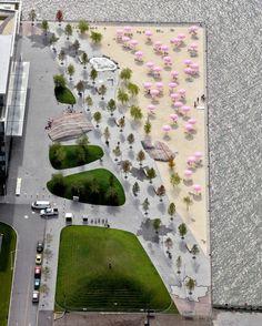 Sugar Beach | Claude Cormier + Associés | Toronto | 2010 | Prima un parcheggio, oggi un parco urbano e una spiaggia, dove rilassari sul lago Ontario.