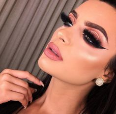 Prom season is just beginning, and now that you've found your perfect, princess dress, it's time to accessorize accordingly to finish off the look. That means you're faced with th… Blending Eyeshadow, Eyeshadow Ideas, Sexy Makeup, Makeup Tips, Makeup Ideas, Prom Night, Smokey Eye Makeup, Make Up, Lipstick