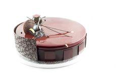 Entremets chocolat / caramel: croustillant praliné noisette, biscuit caramel, crémeux caramel, mousse onctueuse chocolat noir, décors chocolat, glaçage miroir
