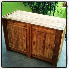 We often see furniture with old pallets, but few of them are so well done that you don't believe at first sight that it's made with pallets ! This is the case with this cupboard done by Repalet. #Cupboard, #Pallet