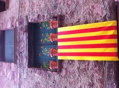 """BONA DIADA///Hoy es día 11 de septiembre y se celebra la """"Diada Nacional de Catalunya"""". A lo largo del día hay manifestaciones, conciertos y se colocan puestos informativos con un cariz reivindicativo o festivo. Muchos ciudadanos cuelgan una señera o una estelada en su balcón. También se canta el himno de Cataluña, Els Segadors."""