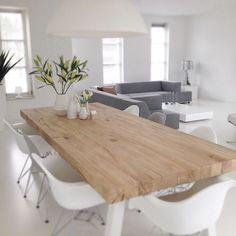 Houten tafel , eiken balken, metalen poten wit gespoten DIY Eames