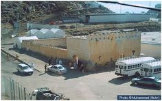 This masjid, close to Mina, commemorates the spot where the Ansar of Madinah pledged their allegiance to the Prophet (pbuh) in the year 621 AH. Hajj Mubarak, Mecca Kaaba, Les Religions, Islamic Architecture, Madina, Islamic Pictures, Pilgrimage, Allah, Beautiful Places