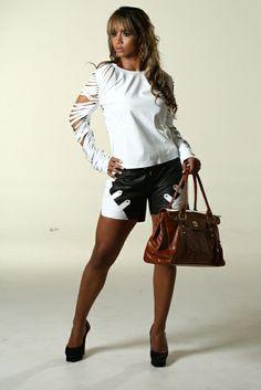 A modelo veste Blusa BLDV010, Short SHDV015  bolsa Bruna.