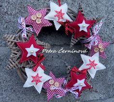 Vánoční věnec Christmas Wreaths, Christmas Ornaments, Holiday Decor, Ideas, Xmas, Christmas Jewelry, Christmas Decorations, Thoughts, Christmas Decor