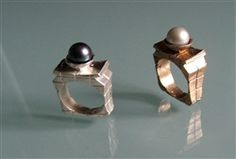 Handmade ring in silver with black japanese pearl.