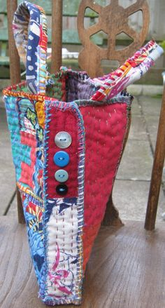 A little bag It is made of small quilted panels and is mostly hand-sewn.