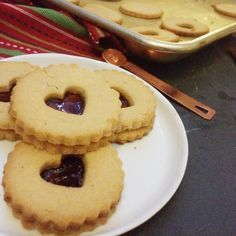 I think cookies are really the ultimate Christmas food, so for the past week, I've been thinking of all the low carb Christmas cookies I wan. Cookie Recipes, Dessert Recipes, Recipes Dinner, Desserts, Vegetarian Recipes, Healthy Recipes, Easy Recipes, Sugar Free Jam, Linzer Cookies