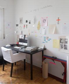 Interferências na parede transformaram esse escritório em um local único. Veja mais ideias em www.historiasdecasa.com.br