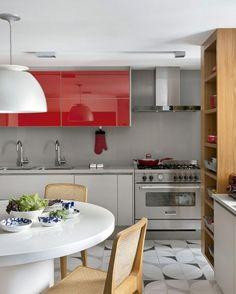 """7,942 Likes, 39 Comments - CASA CLAUDIA (@revistacasaclaudia) on Instagram: """"Aqui, outro exemplo de como usar cor na cozinha. Os armários modulados ganharam um tom de vermelho…"""""""
