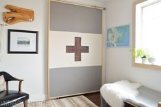 Find me one person on this planet that doesn't love a good sliding barn door. Go ahead. They are like puppies. Impossible to resist. The sliding door in Alicia's Office was Sliding Screen Doors, Diy Sliding Barn Door, Diy Door, Barn Doors, Sliding Panels, Clever Closet, Rideaux Design, Ikea, Home Hacks