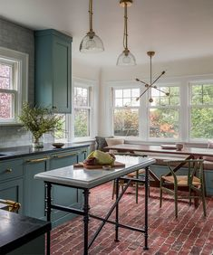 〚 Victorian home with modern touches in Seattle 〛 #green #kitchen #american #traditional #Modern #interior #design #home #decor #idea #Inspiration #cozy #living #style