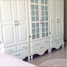 Esra Hanım'ın evi Esra Hanım & # newly placed this house we loved it. If you love heartwarming colors and vintage furniture, be sure to check out. Decoration Bedroom, Decoration Table, Hanging Closet Storage, Ideas Dormitorios, Closet Layout, Bedroom Cupboards, Closet Designs, Closet Bedroom, Kids Bedroom